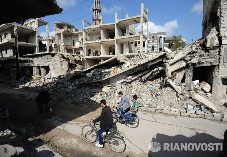 Местные жители на одной из улиц в сирийском городе Хомс
