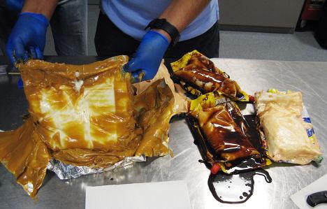Кокаиновая паста, найденная в пачках шоколадного сиропа
