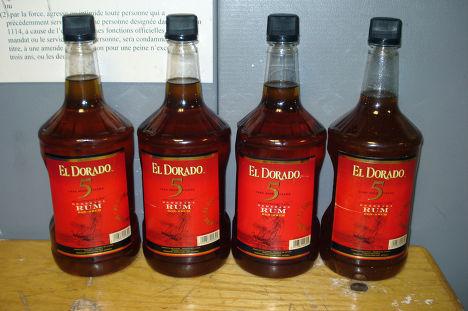Бутылки рома, наполненные жидким кокаином