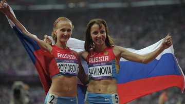 Россиянки Мария Савинова и Екатерина Поистогова, выигравшие золотую и бронзовую медали в забеге на 800 м