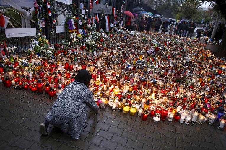 Цветы и свечи в память о погибших во время терактов в Париже у французского посольства в Варшаве