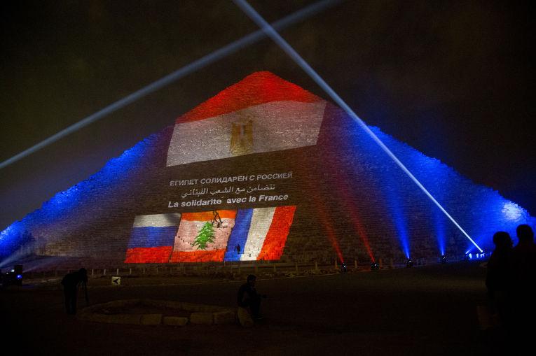 Пирамида Хеопса, подсвеченная цветами флагов России, Франции и Ливана