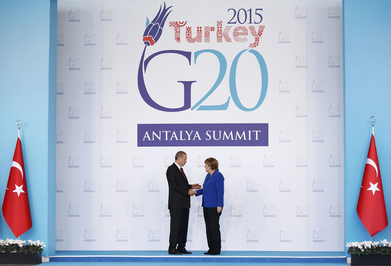 Президент Турции Реджеп Тайип Эрдоган приветствует канцлера ФРГ Ангелу Меркель на саммите G20 в Анталье