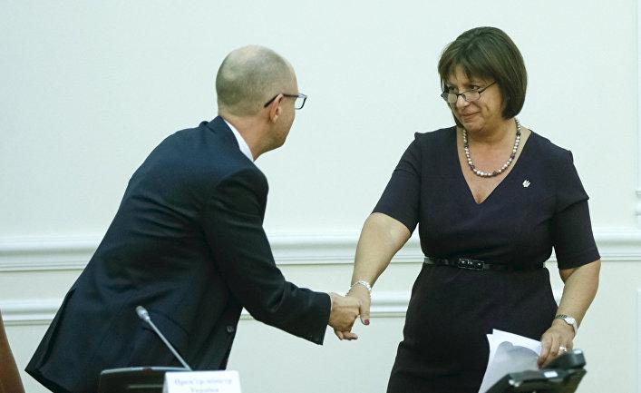 Премьер-министр Украины Арсений Яценюк пожимает руку министру финансов Наталье Яресько на заседании правительства в Киеве, 27 августа 2015 года