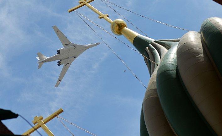 Cтратегический бомбардировщик-ракетоносец Ту-160 во время военного парада в честь 70-летия Победы в Великой Отечественной войне