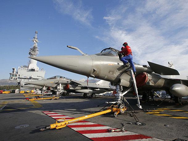 Подготовка военного самолета «Рафаль» на палубе атомного авианосца «Шарль де Голль»