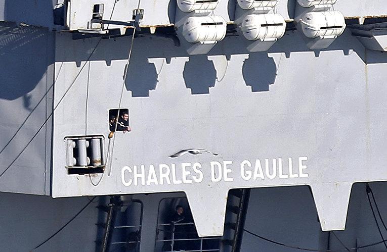 Моряки на борту атомного авианосца «Шарль де Голль», покидающего порт в Тулоне