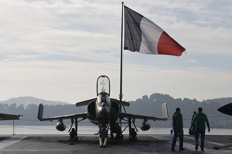 Штурмовик «Супер-Этендард» на палубе авианосца «Шарль де Голль», покидающего порт в Тулоне