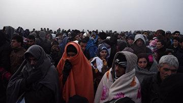 Беженцы переходят границу Греции с Македонией
