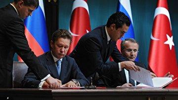 Глава «Газпрома» Алексей Миллер и глава Botas Petroleum Pipeline Corporation Мехмет Конук подписывают меморандум о взаимопонимании по строительству морского газопровода