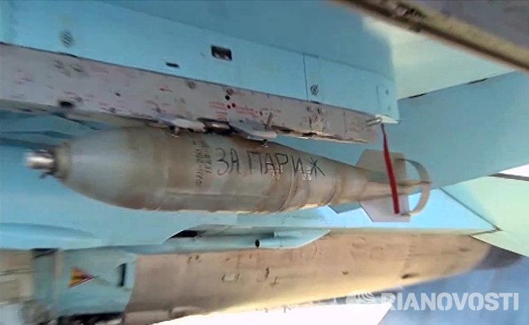 Авиабомба с надписью «За Париж», установленная на истребитель Су-35 Военно-космических сил России, который готовится к вылету с авиабазы «Хмеймим» в сирийской провинции Латакия