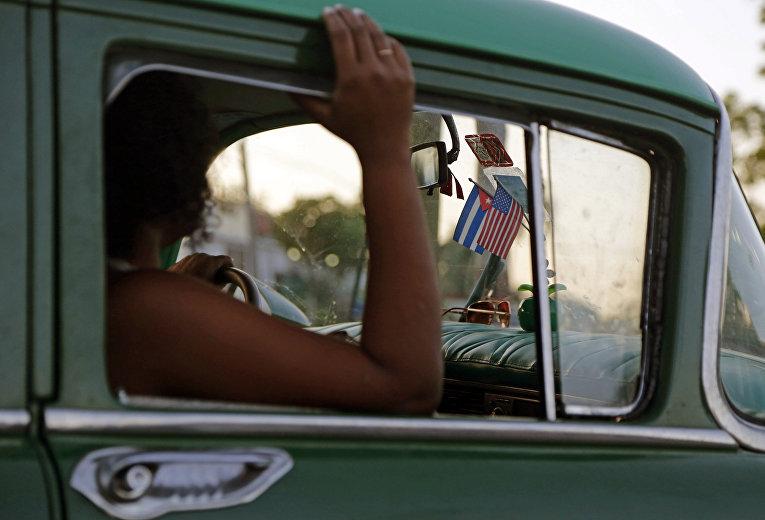 Флаги США и Кубы на стекле автомобиля в Гаване