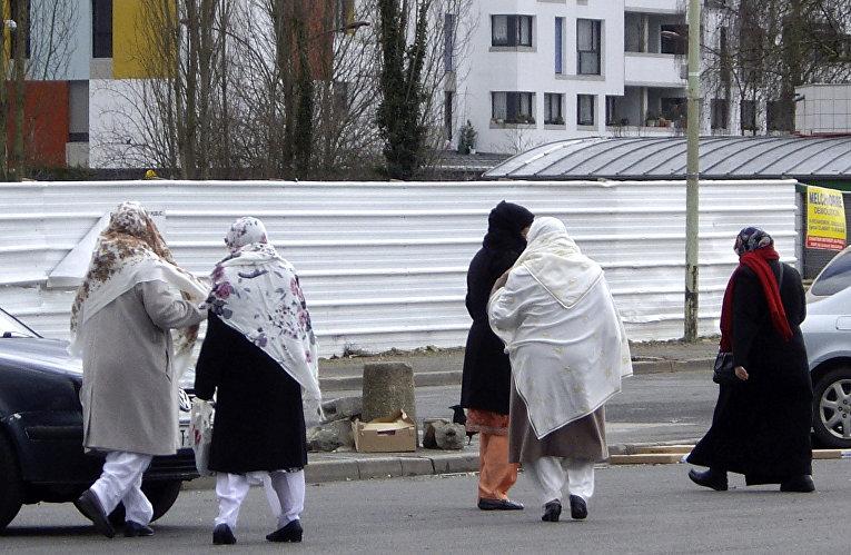 Женщины-мусульманки в пригороде Парижа