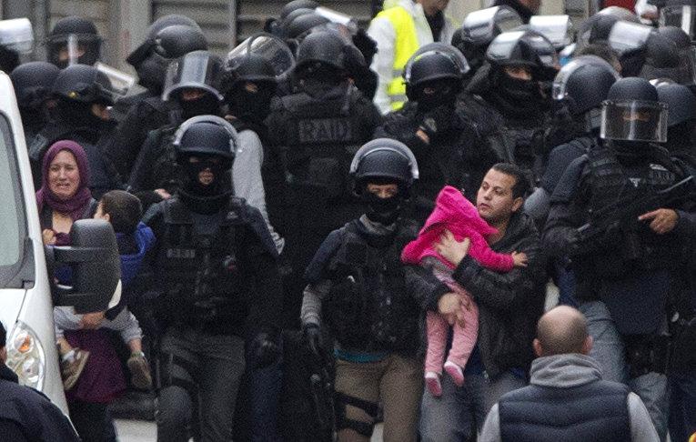 Эвакуация жителей парижского пригорода Сен-Дени после подрыва смертницы