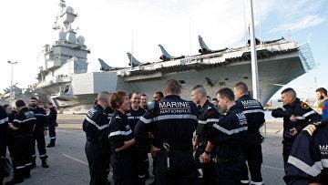 Французские военные моряки готовятся подняться на борт авианосца «Шарль де Голль»