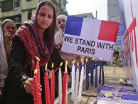 Индийские мусульмане в Мумбаи зажигают свечи в память погибших в парижских терактах