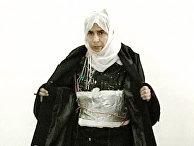 Террористка Саида Мубарек Атрус аль-Ришави, участница теракта в гостинице Radisson SAS в Аммане, показывает пояс смертника в прямом эфире на иорданском телевидении