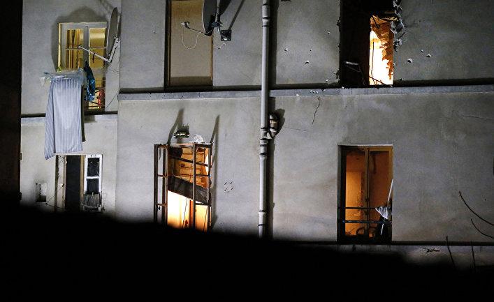 Задняя стена дома в Сен-Дени, где террористка-смертница взорвала себя время полицейской спецоперации
