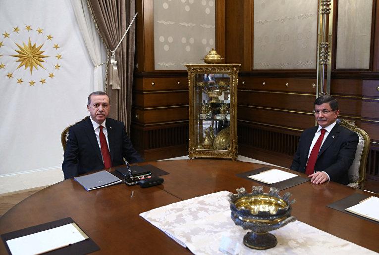 Президент Турции Реджеп Тайип Эрдоган и премьер-министр Ахмет Давутоглу во время встречи в президентском дворце в Анкаре, 24 ноября 2015 года