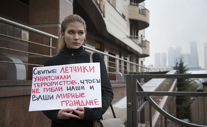 Женщина во время одиночного пикета у турецкого посольства в Москве