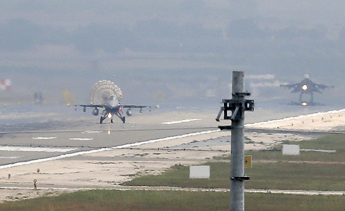 Турецкий самолет садится на базе ВВС Инджирлик