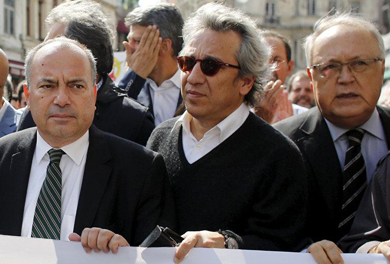 Турецкий журналист Джан Дюндар (в центре) на марше за свободу прессы в Стамбуле, 3 октября 2015 года