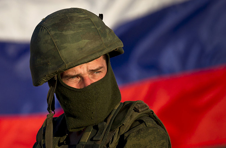 Российский солдат на украинской военной базе в Перевальном, Крым, 15 марта 2014 года