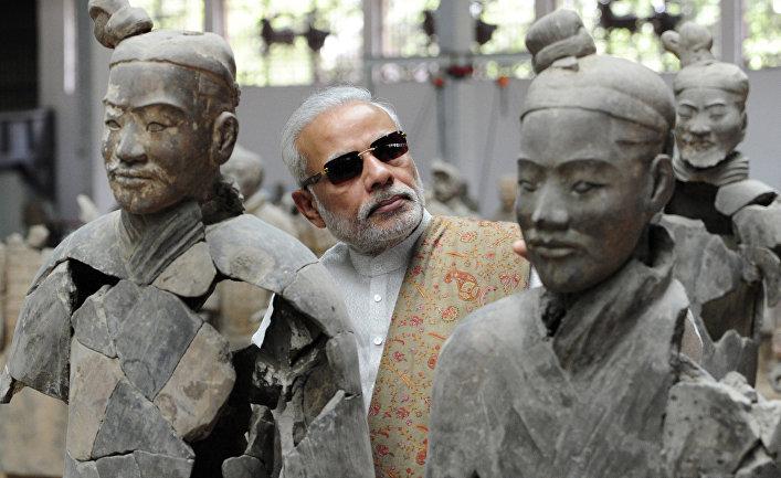 Премьер-министр Индии Нарендра Моди осматривает «Терракотовую армию» в Сиане