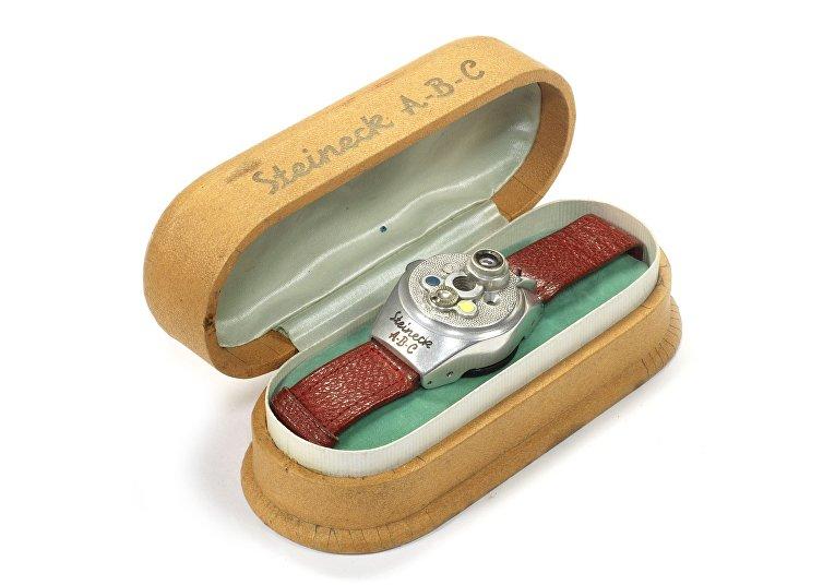 Редкие камеры аукциона Bonhams: камера в форме АВС-часов