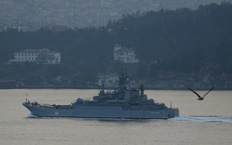 Десантный корабль «Цезарь Куников» проходит через Босфор