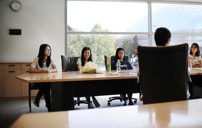 Собрание студентов из Китая в Университете Коннектикута