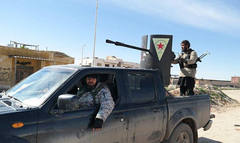 Боевики Исламского государства в автомобиле, захваченном у курдов во время боя в Таль-Тамр