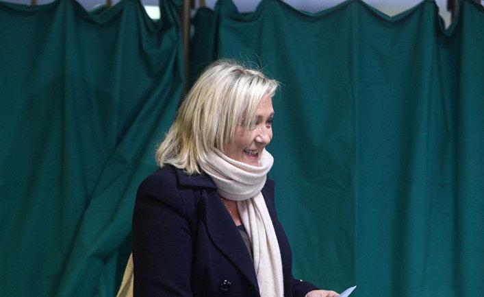 Лидер «Национального фронта» Марин Ле Пен во время голосования на первом раунде местных выборов