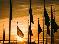Флаги на фоне закатного неба в Вашингтоне