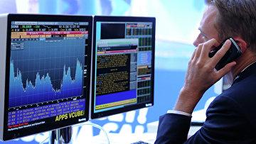 Экран, транслирующий биржевые графики и диаграммы