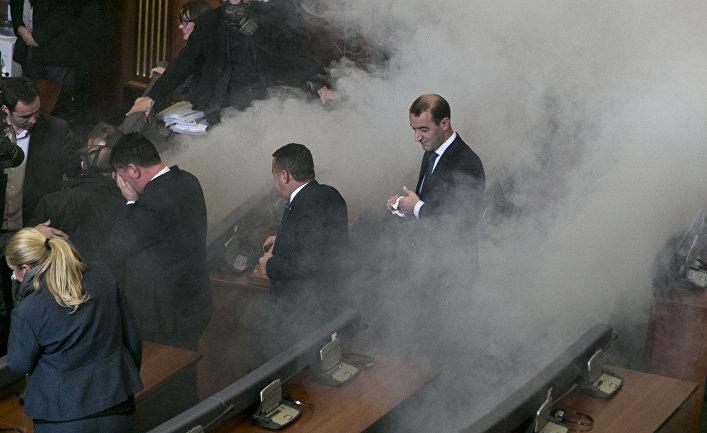 Слезоточивый газ в зале заседаний парламента Косово, распыленный оппозиционными депутатами