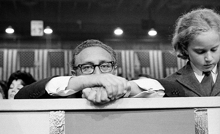 Генри Киссинджер на Национальной конвенции Республиканской партии в Майами, справа – его сын Дэвид