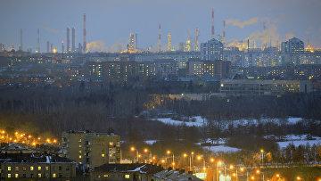 Нефтеперерабатывающий завод (на дальнем плане) в городе Омске