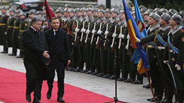 Президент Украины Петр Порошенко и президент Польши Анджей Дуда во время официальной церемонии встречи в Киеве