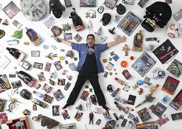 Фанат «Звездных войн» Джеймс Бернс из Лондона с частью своей коллекции