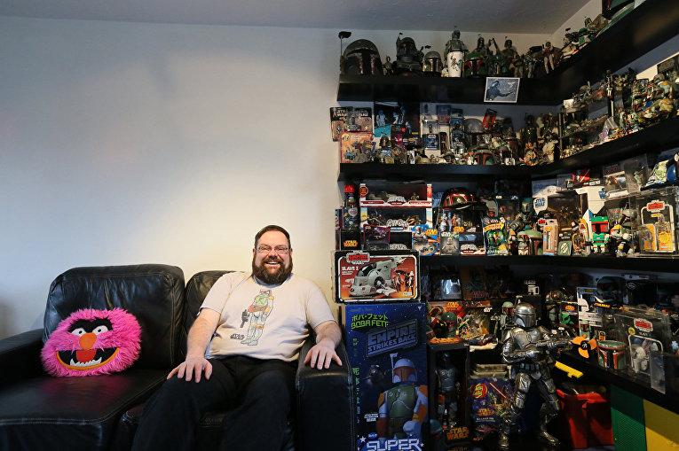 Фанат «Звездных войн» Мэтт Букер со своей коллекцией, посвященной Бобе Фетту