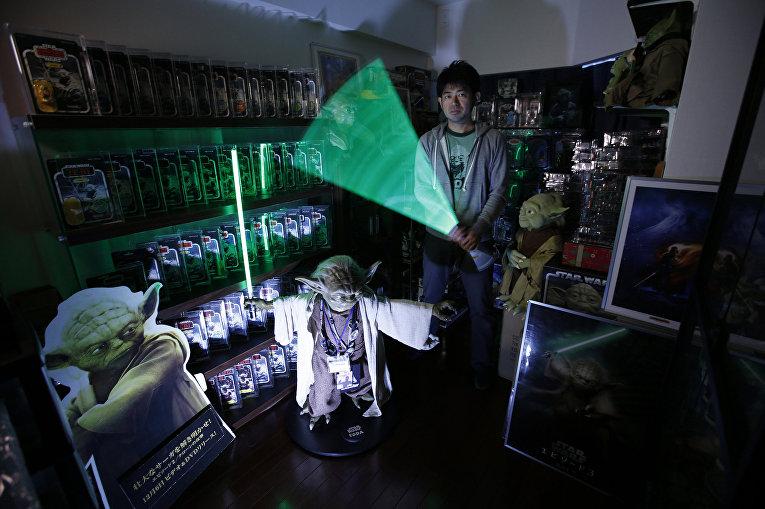 Фанат «Звездных войн» Цукикаге со своим световым мечом
