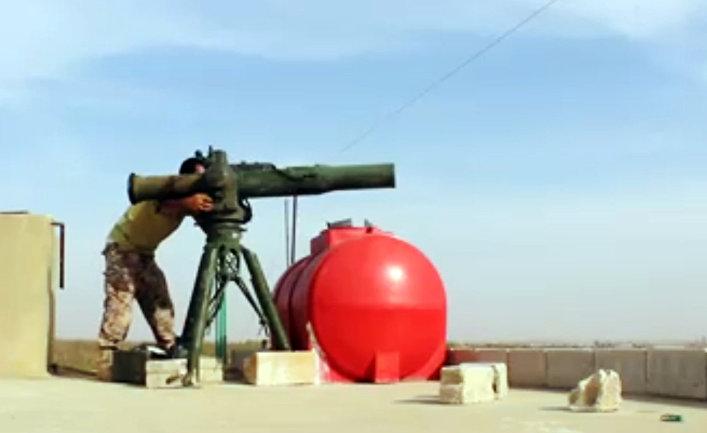 Боец Свободной сирийской армии стреляет из противотанкового ракетного комплекса TOW в провинции Хама
