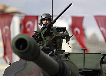Солдат вооруженных сил Турции во время парада на День республики в Стамбуле
