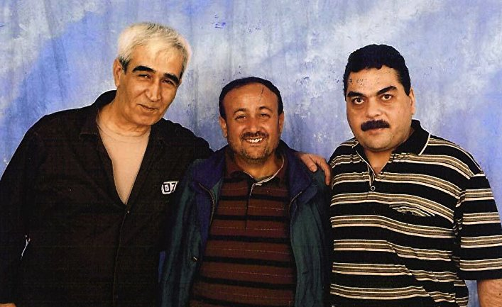 Лидер ФАТХ Марван Баргути (в центре), генеральный секретарь группировки «Народный фронт освобождения Палестины» Ахмед Саадат (слева) и ее участник Самир Кунтар в тюрьме в Нетании, Израиль, 2007 год