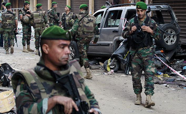 Ливанские солдаты на месте теракта в южном пригороде Бейрута Бурж аль-Баражне