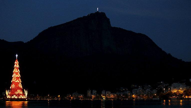 Рождественская елка в лагуне Родриго де Фрейтас в Рио-де-Жанейро