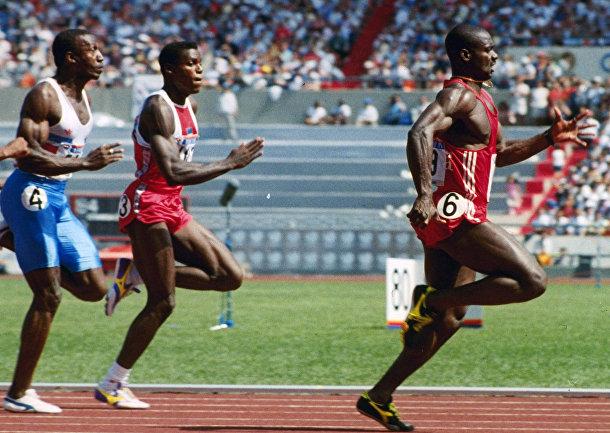 Канадец Бен Джонсон вырывается вперед во время 100-метрового забега на Олимпийских играх в Сеуле в 1988 году