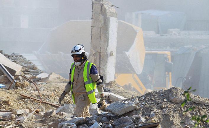 Поиск погибших среди завалов в городе Идлиб, Сирия