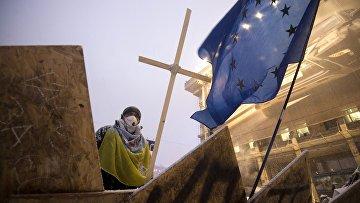 Сторонник евроинтеграции стоит на баррикадах на площади Независимости в Киеве